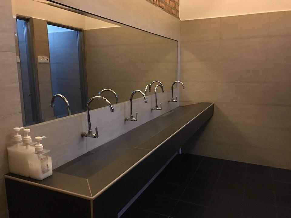 duże łazienkowe lustro na całą ścianę