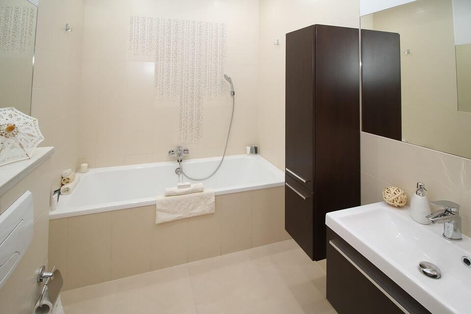 ładna wanna łazienkowa do mieszkania